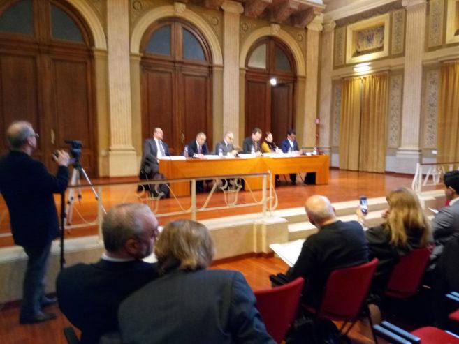 Il presidente dell'Associazione lombarda dei giornalisti, Paolo Perucchini, e il presidente dell'Ordine dei giornalisti della Lombardia, Gabriele Dossena, con il direttore sanitario del Poliambulatorio Alg, dott. Franco Scapellato, durante la firma della convenzione.